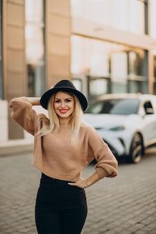 Jonge vrouw die met de auto reist