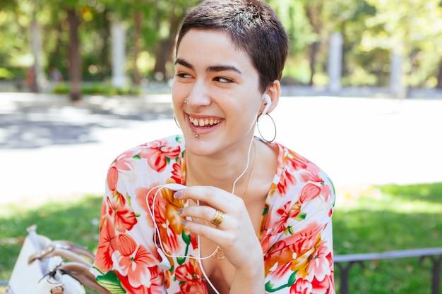 Jonge vrouw die met vrienden telefonisch verbinden