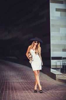 Jonge vrouw die met yorkshire terrier loopt