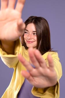 Jonge vrouw die middelgroot schot stelt