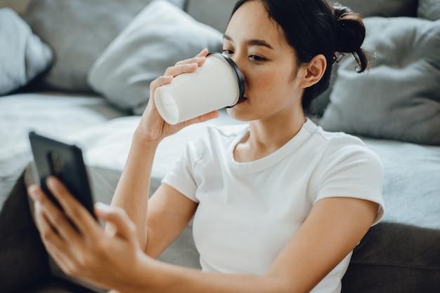 Jonge vrouw die mobiele telefoon gebruikt om verbinding te maken met cyberspace-communicatie, smartphone en sms-bericht vast te houden, vrouwelijke mensen blij met slimme technologie, meisjeslevensstijl voor zaken online