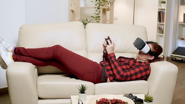Jonge vrouw die moderne technologie gebruikt voor het spelen van videogames. vrouw met behulp van draadloze controller.