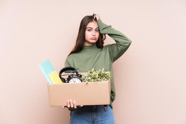 Jonge vrouw die naar een nieuw huis verhuist omdat ze geschokt is, heeft ze een belangrijke ontmoeting onthouden