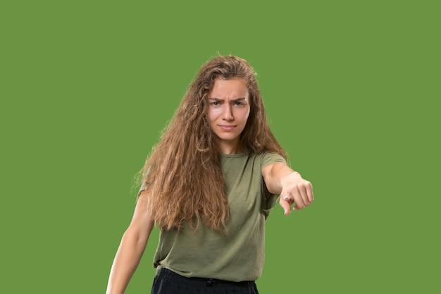 Jonge vrouw die naar voren wijst