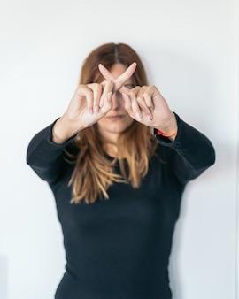 Jonge vrouw die nee met haar vingers zegt