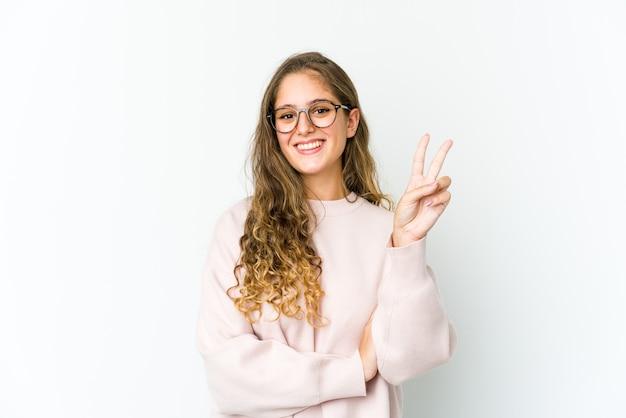 Jonge vrouw die nummer twee met vingers toont