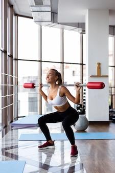 Jonge vrouw die oefeningsroutine opheft