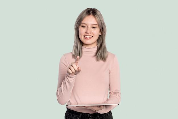 Jonge vrouw die onzichtbaar hologram presenteert dat projecteert vanuit geavanceerde tablettechnologie Gratis Foto