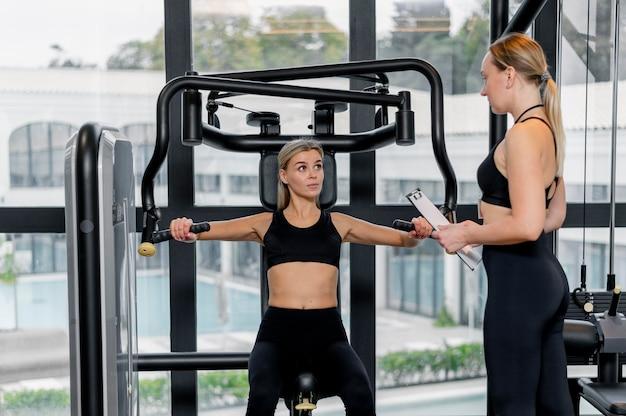 Jonge vrouw die op de afstandsschot van de gymnastiek uitoefent