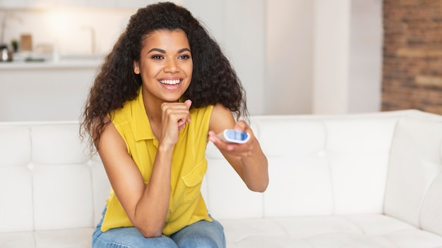 Jonge vrouw die op de tv let