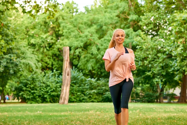 Jonge vrouw die op een gebied loopt