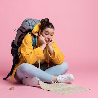 Jonge vrouw die op een kaart kijkt