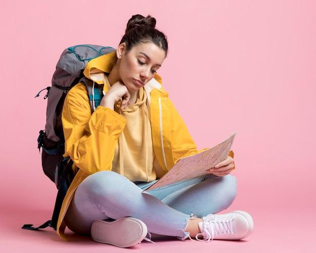 Jonge vrouw die op een kaart zoekt