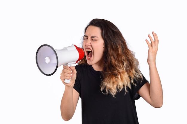 Jonge vrouw die op een megafoon gilt