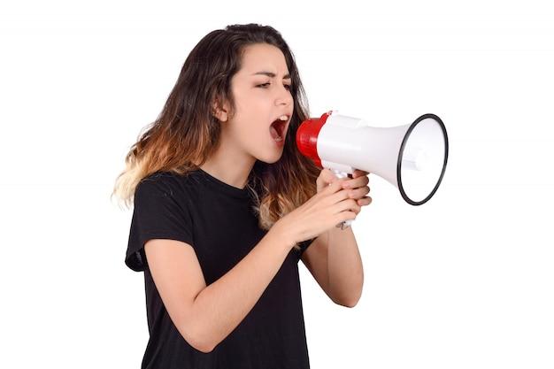 Jonge vrouw die op een megafoon gilt.