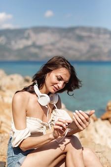 Jonge vrouw die op een telefoon kijkt