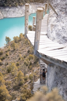 Jonge vrouw die op hangende trappen wandelt