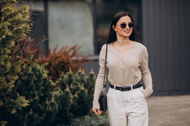 Jonge vrouw die op straat loopt