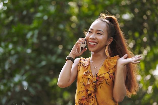 Jonge vrouw die op telefoon spreekt