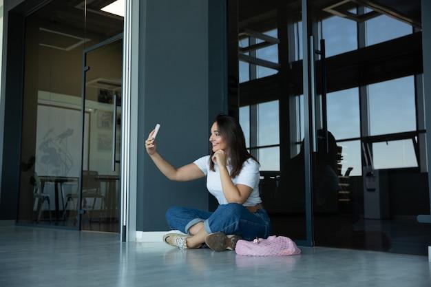 Jonge vrouw die op vertrek in luchthaven wacht