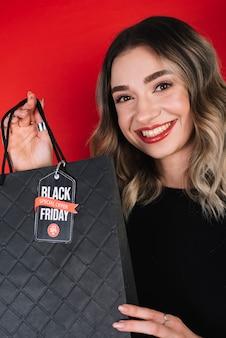 Jonge vrouw die op zwarte vrijdag winkelt