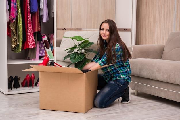 Jonge vrouw die persoonlijke bezittingen inpakken