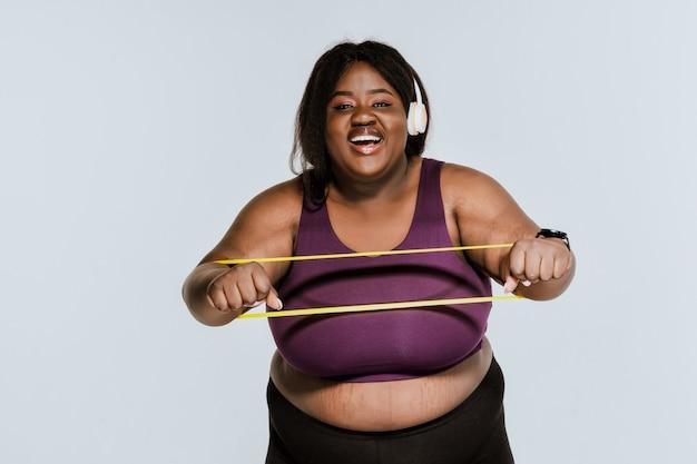 Jonge vrouw die pilates en functionele training maakt in de sportschool