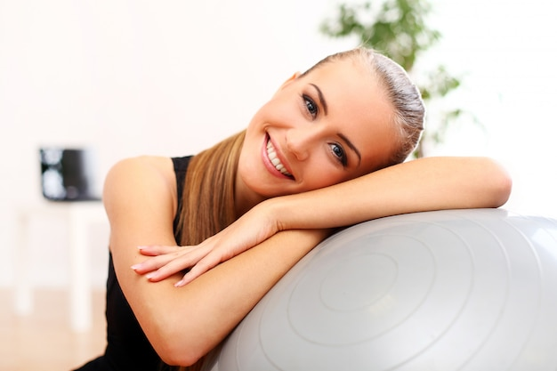 Jonge vrouw die pilates oefent