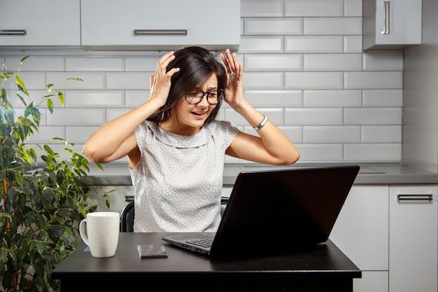 Jonge vrouw die problemen met laptop heeft