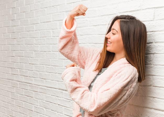 Jonge vrouw die pyjama draagt die zich niet overgeeft