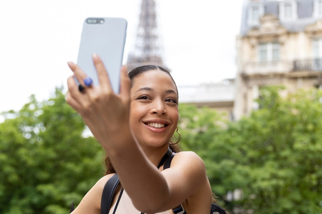 Jonge vrouw die reist en plezier heeft in parijs