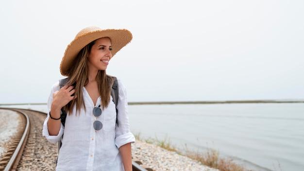 Jonge vrouw die reist zonder covid