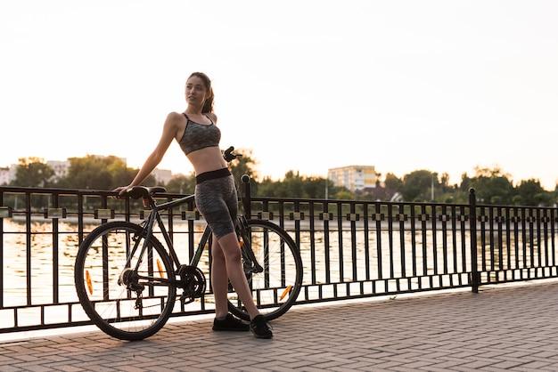 Jonge vrouw die sport in het park doet