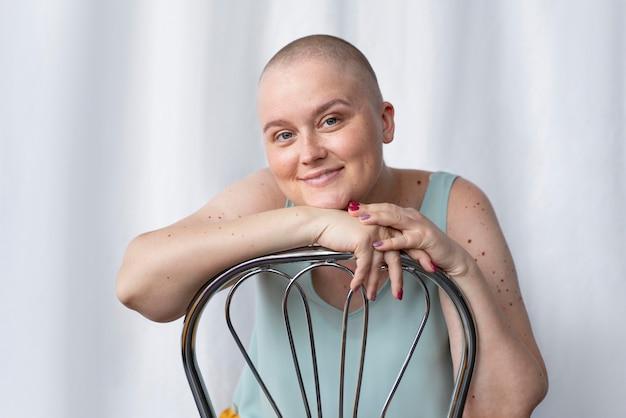 Jonge vrouw die tegen kanker vecht