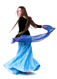 Jonge vrouw die tegen witte achtergrond danst