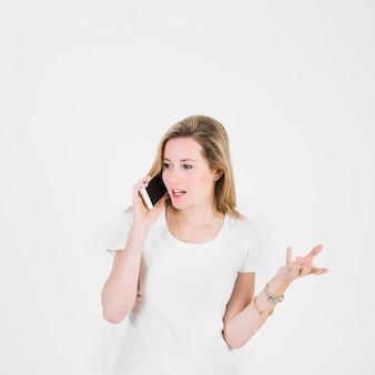 Jonge vrouw die telefoongesprek heeft