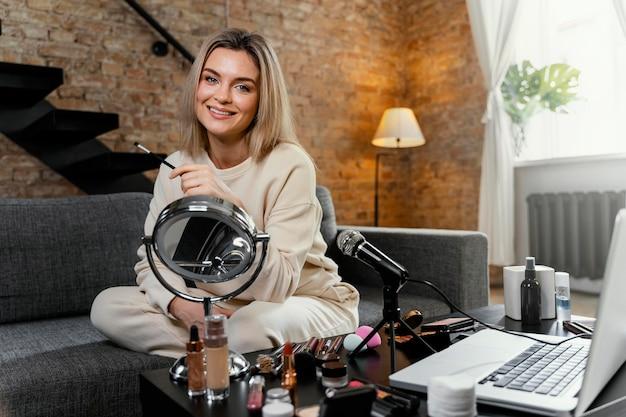 Jonge vrouw die thuis een schoonheidsvlog doet