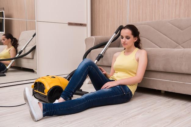 Jonge vrouw die thuis het schoonmaken doet