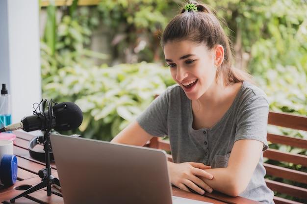 Jonge vrouw die thuis met videoconferentie praat, online communicatietechnologie op afstand om te bellen
