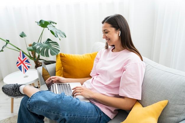 Jonge vrouw die thuis online engelse lessen geeft