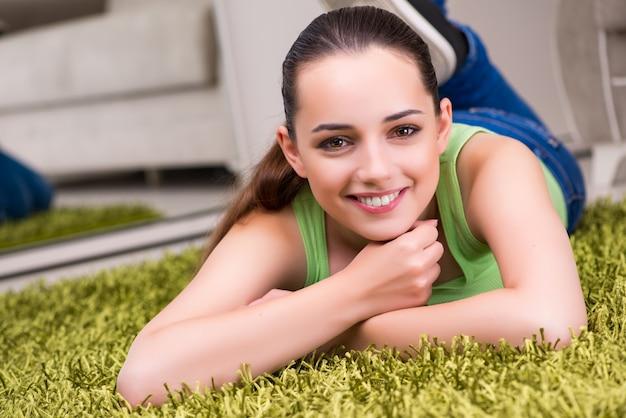 Jonge vrouw die thuis ontspannen