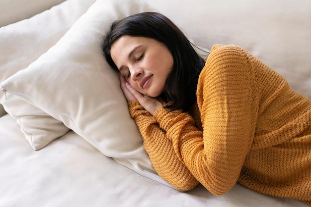 Jonge vrouw die thuis slaapt