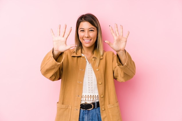 Jonge vrouw die tonend nummer tien met handen stellen.