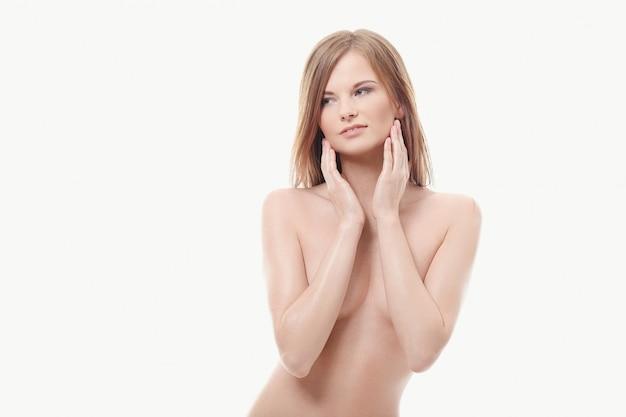 Jonge vrouw die topless, perfecte huid stelt