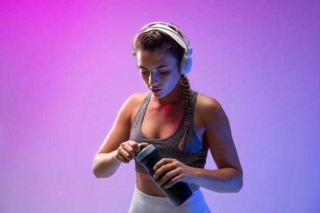 Jonge vrouw die traint met haar koptelefoon op