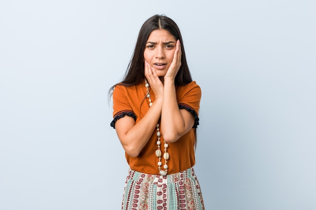 Jonge vrouw die troosteloos jammert en huilt