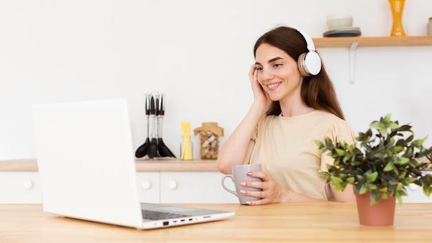 Jonge vrouw die van de muziek geniet