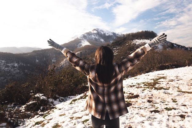 Jonge vrouw die van de sneeuwberg geniet