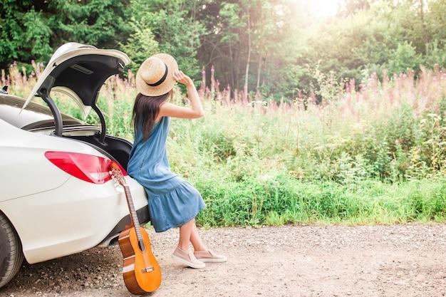 Jonge vrouw die van de zomervakantie geniet