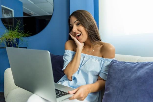 Jonge vrouw die van nieuwe technologieën geniet